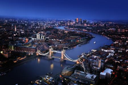 ロンドン タワー ブリッジ、イギリスで空撮 写真素材