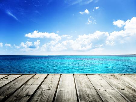 tabla de surf: mar caribe y plataforma de madera