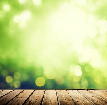 houten oppervlak en zonnige bos Stockfoto