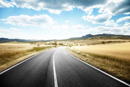 투스카니 이탈리아에서 아스팔트 도로
