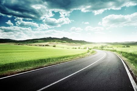 krajina: asfaltové silnici v Toskánsku Itálie