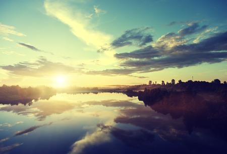 川に沈む夕日