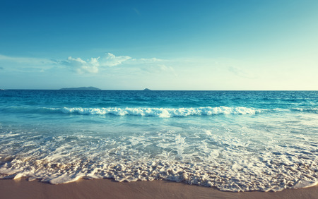 Sonnenuntergang auf den Seychellen Strand