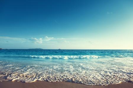vacaciones en la playa: puesta de sol en la playa de las Seychelles
