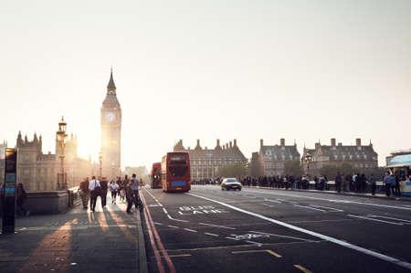 personas en la calle: personas en el puente de Westminster al atardecer, Londres, Reino Unido