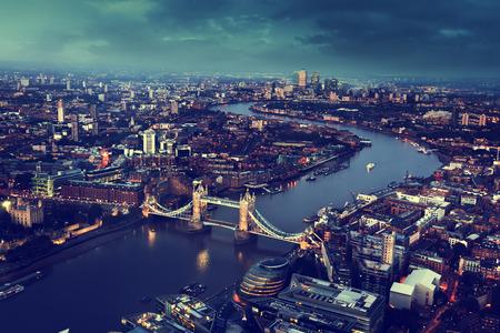 ロンドン タワー ブリッジ、英国での航空写真ビュー 写真素材