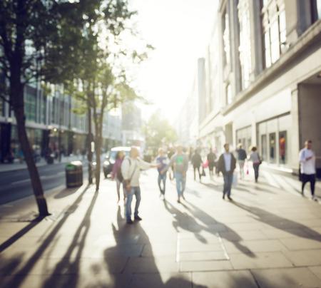 persona caminando: personas en bokeh, calle de Londres