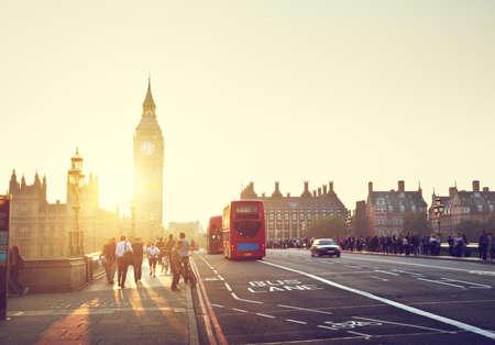 bus anglais: personnes sur le pont de Westminster au coucher du soleil, Londres, Royaume-Uni Banque d'images