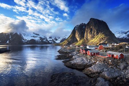 春の夕暮れ - レーヌ、ロフォーテン諸島、ノルウェーでの釣り小屋 写真素材