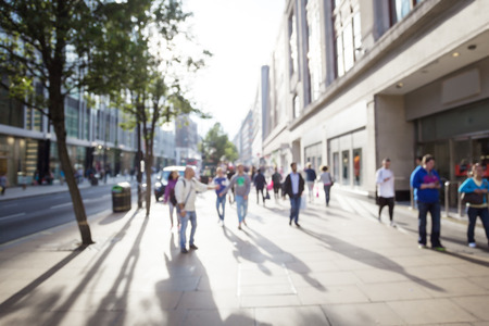 Menschen in Bokeh, Straße von London Standard-Bild - 39563527