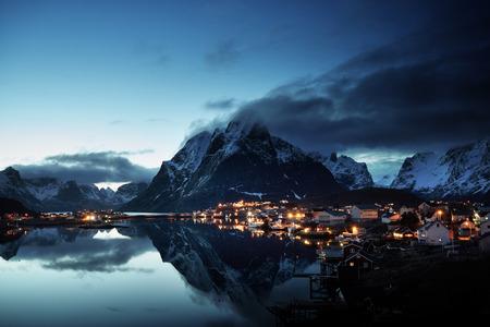 pesca: puesta de sol en Reine Village, Islas Lofoten, Noruega
