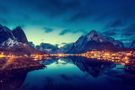 風景: レーヌの村、ノルウェーのロフォーテン諸島の夕焼け