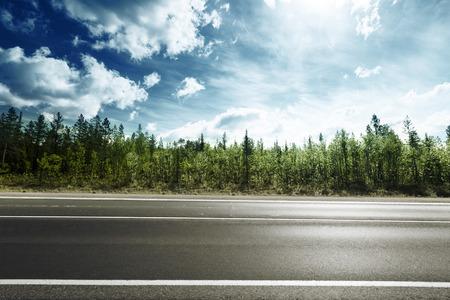 estrada na floresta da montanha