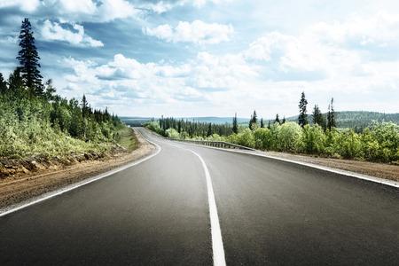 carretera: camino en el bosque de monta�a Foto de archivo