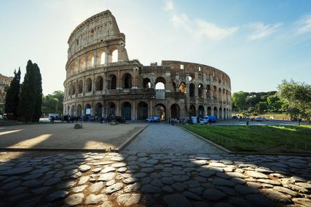 Colisée à Rome et le soleil du matin, Italie Banque d'images - 40975431
