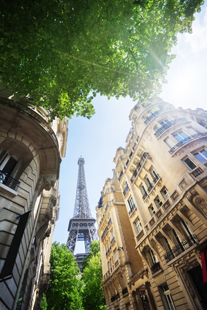 gebouw in Parijs in de buurt van Eiffeltoren Stockfoto