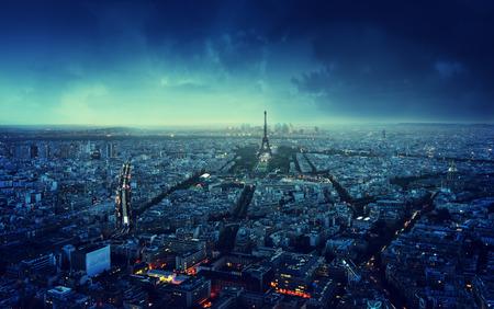 夕暮れ時、フランス パリのスカイライン