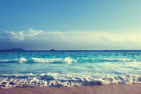 vacaciones en la playa: playa seychelles en la puesta del sol