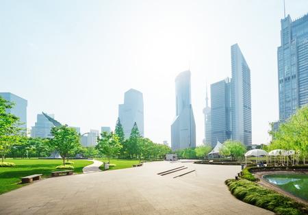 paisaje: parque en el centro financiero de Lujiazui, Shanghai, China Foto de archivo