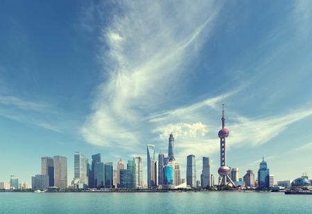 晴れた日に、中国の上海のスカイライン 報道画像