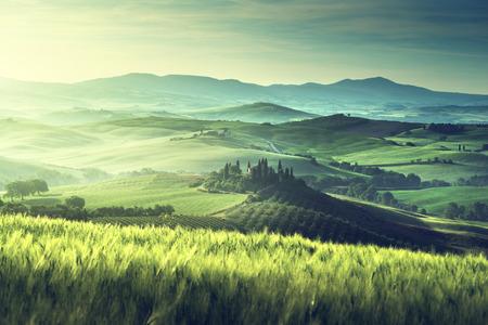 トスカーナ州、イタリアの早い春の朝