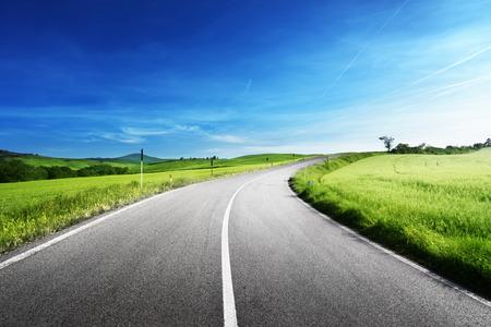 トスカーナ州、イタリアのアスファルト道路 写真素材