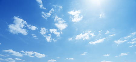dia soleado: cielo y perfecto día soleado Foto de archivo