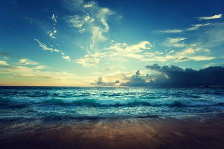 olas de mar: playa seychelles en la puesta del sol