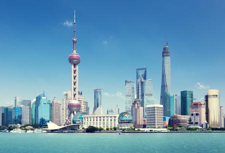 De horizon van Shanghai in het zonnige dag, China Stockfoto - 43111209