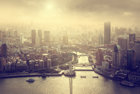 夕暮れ時、中国上海のスカイライン