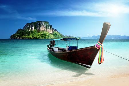 bateau: chaloupe et l'île de Poda, Thaïlande Banque d'images