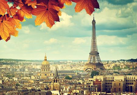 가을은 파리 에펠 탑에 나뭇잎