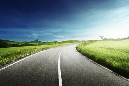 curvas: carretera de asfalto en la Toscana, Italia