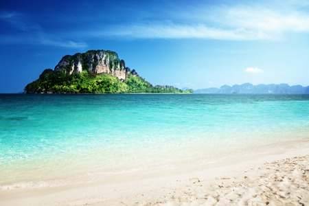 cielo y mar: La isla de Poda, la provincia de Krabi, Tailandia Foto de archivo