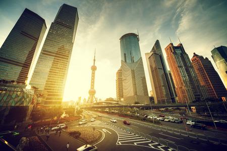 horizonte: carretera en el centro financiero de Shanghai Lujiazui, China