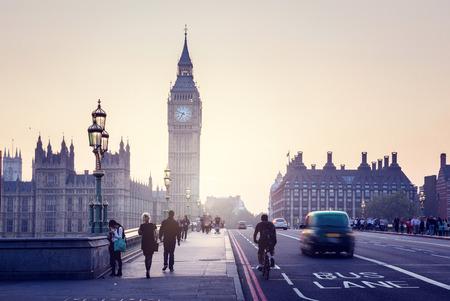 menschenmenge: Westminster-Br�cke bei Sonnenuntergang, London, UK Lizenzfreie Bilder