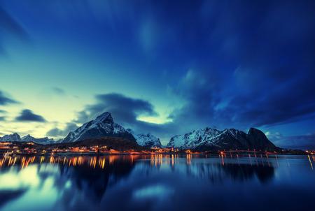 pescando: puesta de sol en Reine Village, Islas Lofoten, Noruega