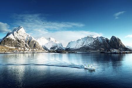 レーヌの村、ロフォーテン諸島、ノルウェーの雪します。