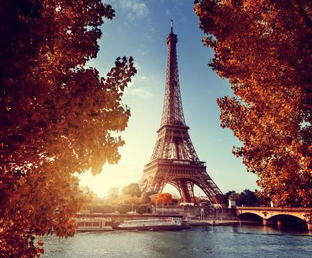 가 시간에 에펠 탑과 파리의 세느 강 스톡 콘텐츠