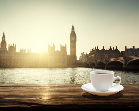 taza de té: Ben grande en la puesta del sol y taza de café, Londres, Reino Unido