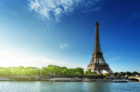 Sena en París con la torre Eiffel en la hora del amanecer