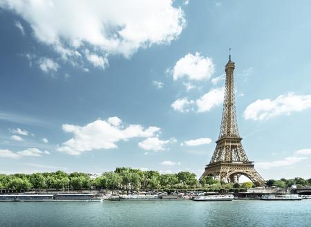 Seine in Parijs met Eiffel toren in de ochtend de tijd