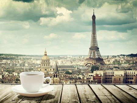 petit dejeuner: fond avec tasse de caf� et de la tour Eiffel � Paris