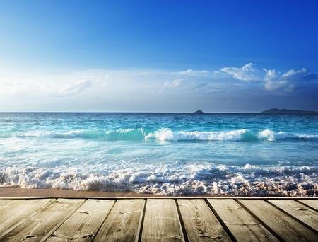 zee en houten platform