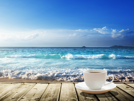 sea and cup of coffee Banque d'images