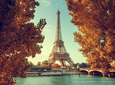 Senna a Parigi con la Torre Eiffel in tempo d'autunno Archivio Fotografico - 44840244