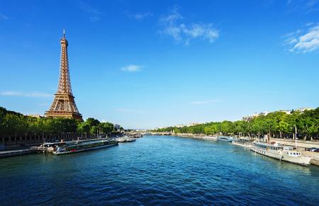 에펠 탑과 파리의 세느 강 스톡 콘텐츠