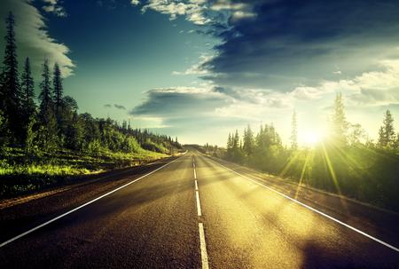 horizonte: carretera en las montañas Foto de archivo