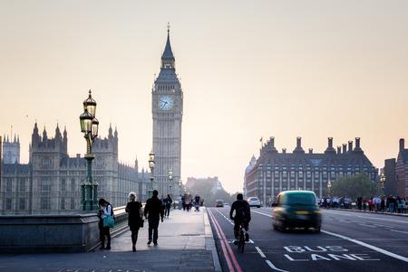 交通: 夕暮れ時、ロンドン、英国ウェストミン スター ・ ブリッジ