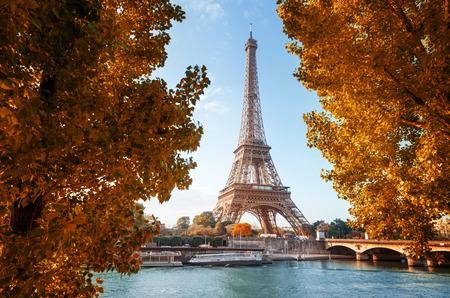 秋の時間でエッフェル塔とパリのセーヌします。